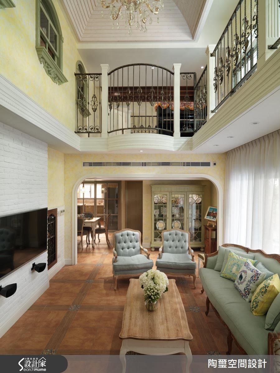 以歐式線板巧妙劃分一、二樓空間,並在二樓廊道加上線條精緻的鍛造欄杆,創造歐式大宅風尚。