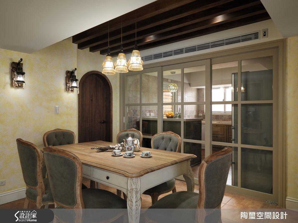 餐廚空間以鵝黃為主色,餐椅、系統櫃面皆以橄欖綠為輔色,並以木樑消弭壓樑困擾,以色調與材質創造豐富層次。