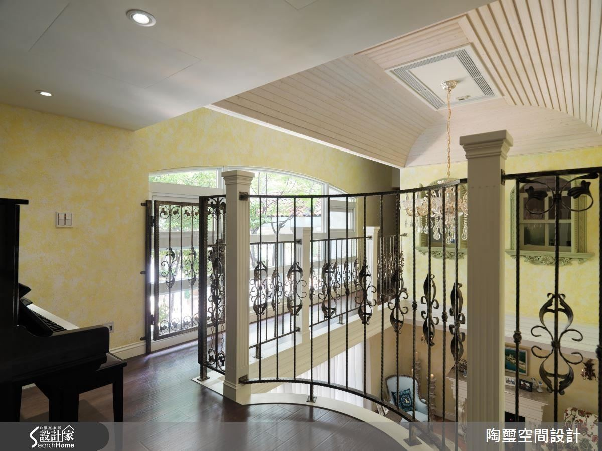 除了增高開放式琴房的欄杆高度,更在通往書房的廊道加上一道鏤空鐵門,讓孩子們不會誤闖較低的欄杆區域。