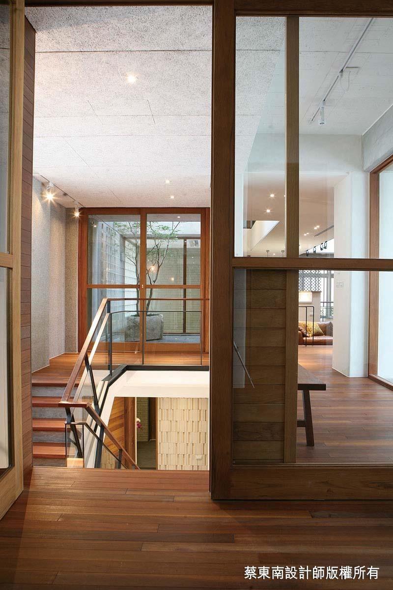 天花板上大幅施作中菱鑽泥板,隔熱吸音除濕,讓生活安適而舒心。