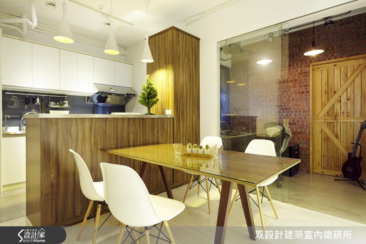 緊鄰餐廳的書房,敲掉一米寬的隔間牆、改設透明玻璃的隔屏,原先的普通房門也改成透明玻璃門。餐廳與書房透過寬達兩米的視覺通道,有效放大整體的空間尺度。