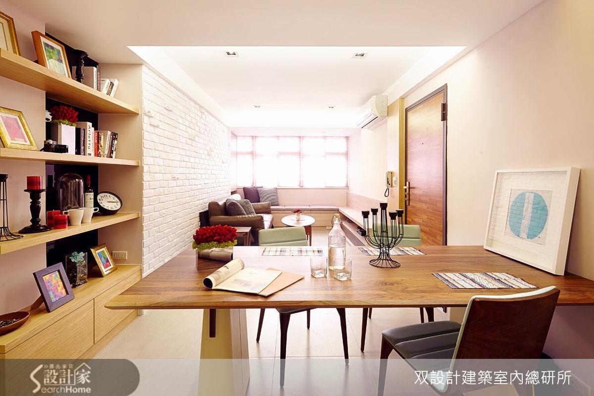 客餐廳不僅單面採光,且格局相當狹長。避免吃到牆體或天花板厚度的設計,加上兩側長牆的淺淡色系,有效的加大空間感。