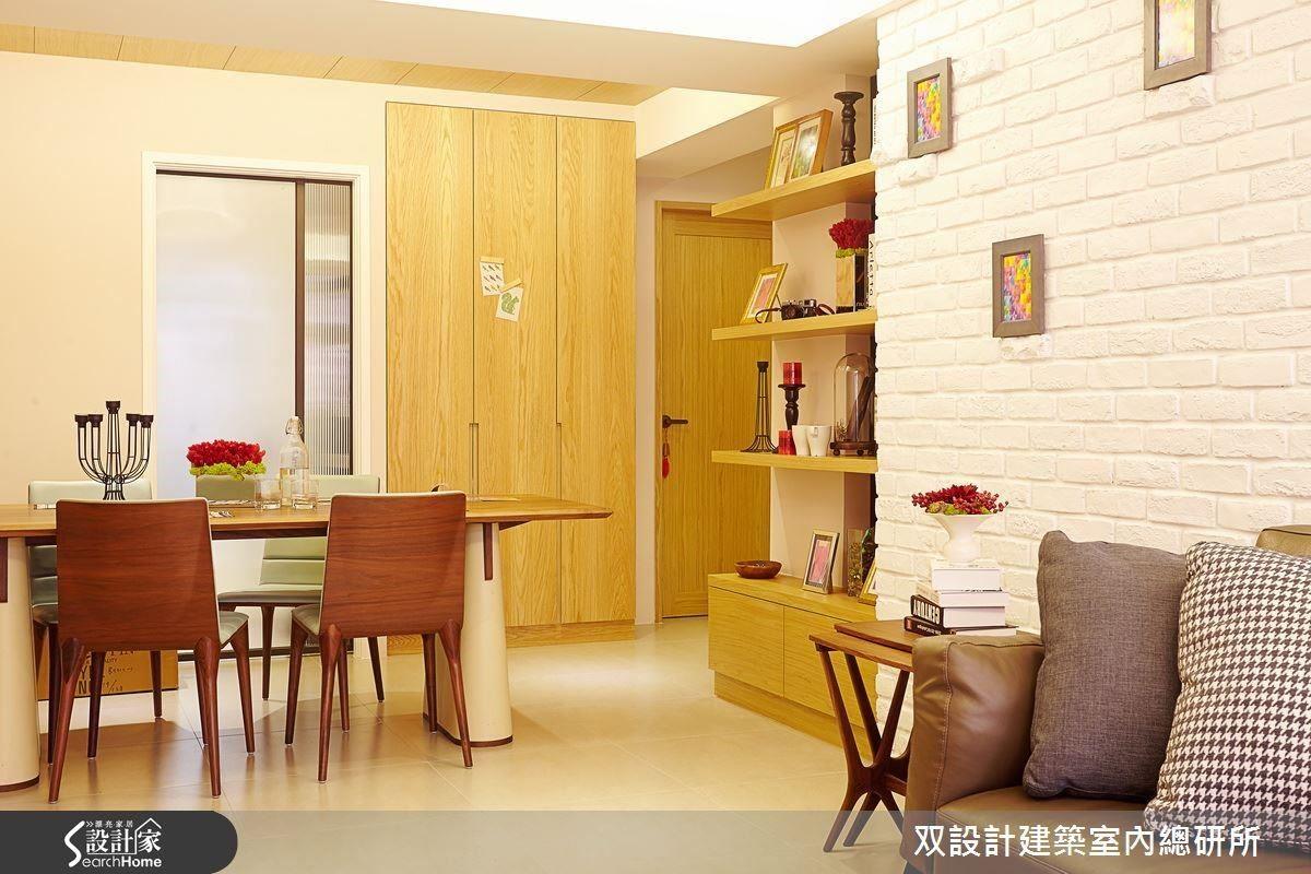 双設計_01個案中,淺白色背景牆面能有效地放大空間。加入木質家具,磚牆掛幾幅小畫,層板擺幾張家人照片,整個空間就很有居家的溫馨氣息!