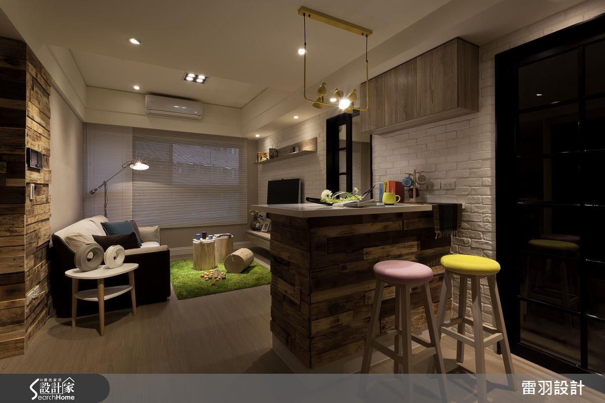 16 坪小空間內以吧台取代餐桌,達成工作、閱讀等更多利用可能性。
