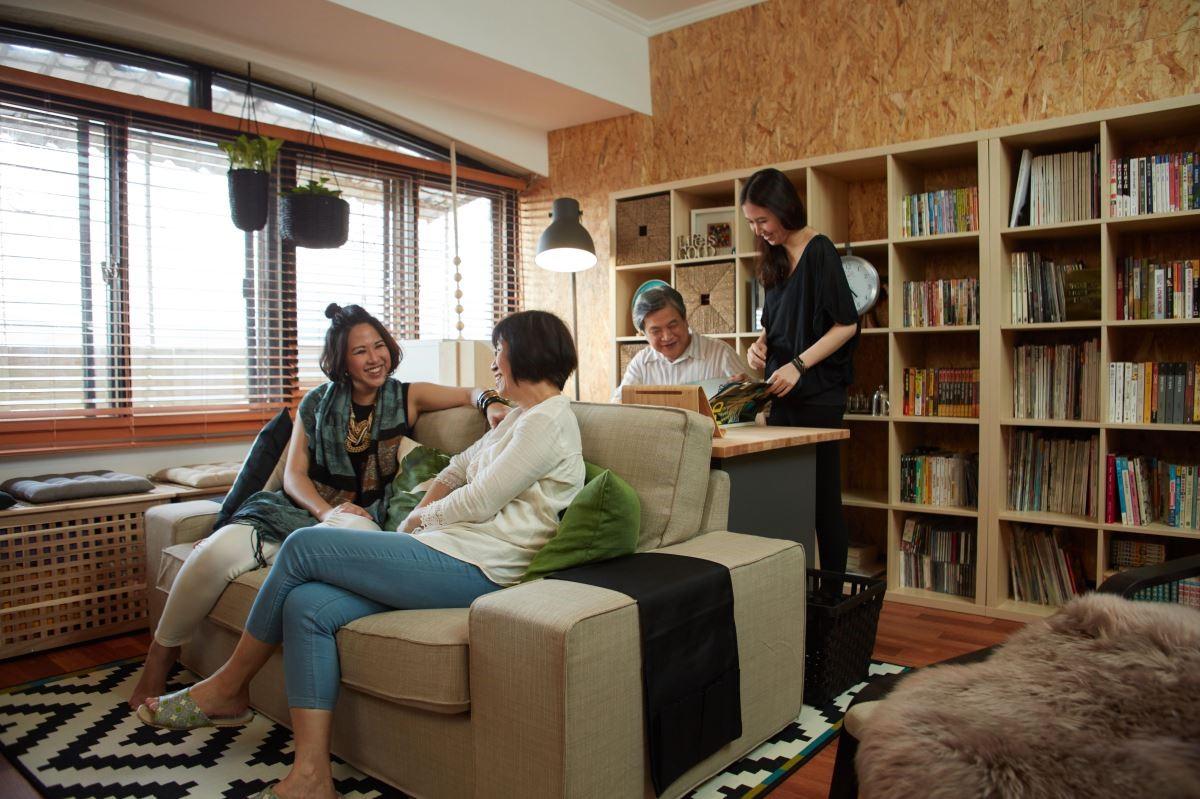 老舊客廳換上新的家具,全家人可以窩在一起隨興的聊天、談心,感情變得更加溫了。