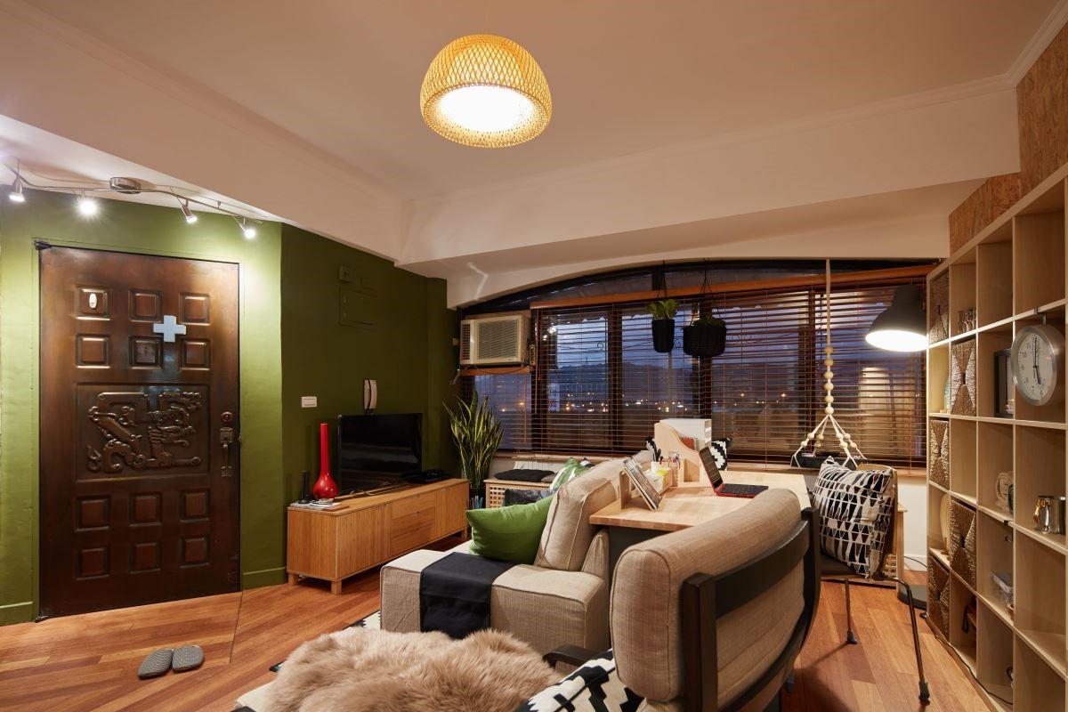 更換牆面色彩,讓空間散發出度假的熱情氛圍,並選擇藤編類的為主的家飾品,再搭配跳色系的抱枕,讓空間不會過於同一色調。
