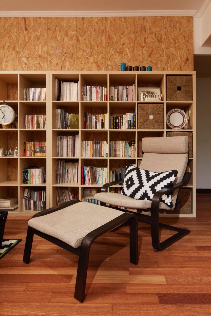 選擇大型收納書櫃,除了展現機能也可擺放出心愛的展示品,構成一幅美麗的設計牆面;並放置爸爸最愛的扶手椅,展現舒適悠閒的居家空間。