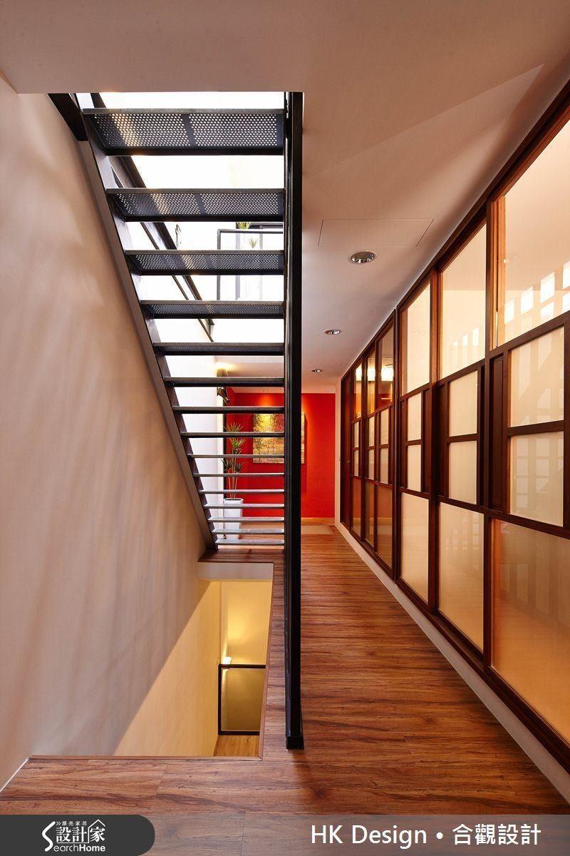 透明天窗與鏤空的沖孔鋼板踏階,讓天光垂直地深入室內,成功消弭房宅幽暗的問題。