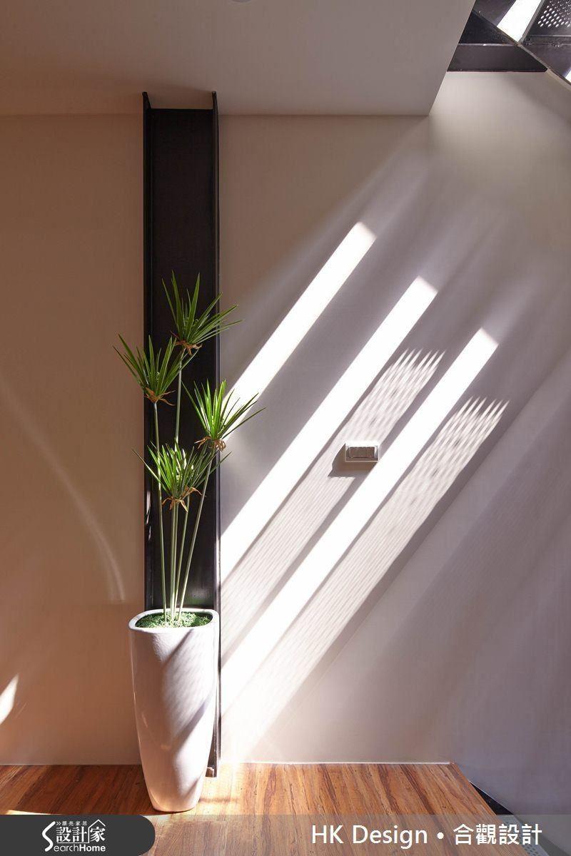 高度透空的樓梯與隔柵,在光與影交錯之間構成美麗的室內造景。