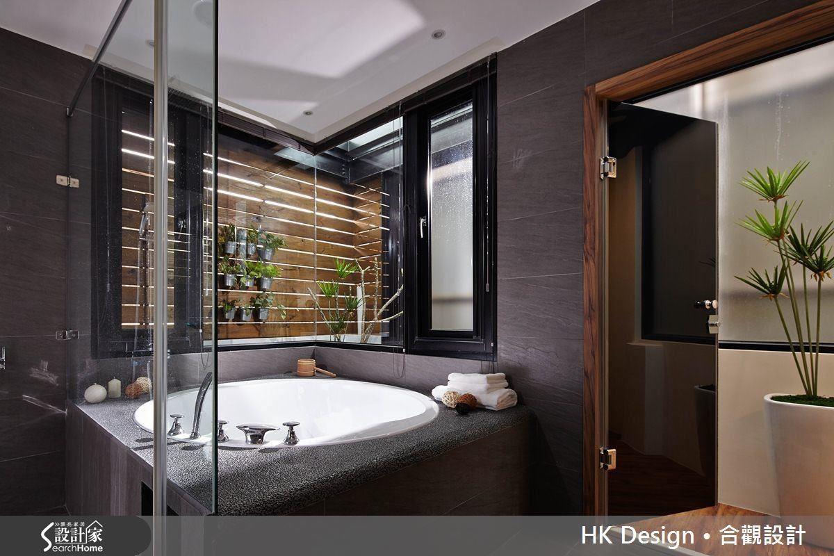 將百坪透天厝裡的一間浴室改造成日式湯屋,大型浴缸可容納親子共浴。