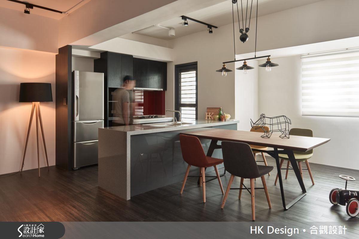 開放式廚房除了滿足單身屋主的使用需求,並以中島搭配餐桌的方式來打造出跟親友聚會的輕鬆場域。