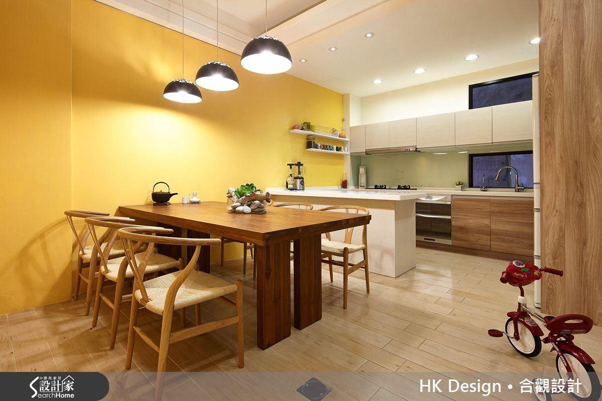 餐廳與廚房的側邊長牆刷上明黃,再搭配廚具的質感與花色,空間頓時顯得獨特。