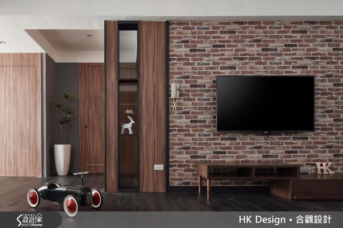 圖中的主牆選用進口壁紙來呈現逼真的紅磚花色,但觸感卻是細緻的,再搭配一旁的黑色鐵件與深色天然木皮,視覺上呈現了工業風的粗獷樣貌,更進一層的觸感則傳遞了居家應有的細緻與溫柔。