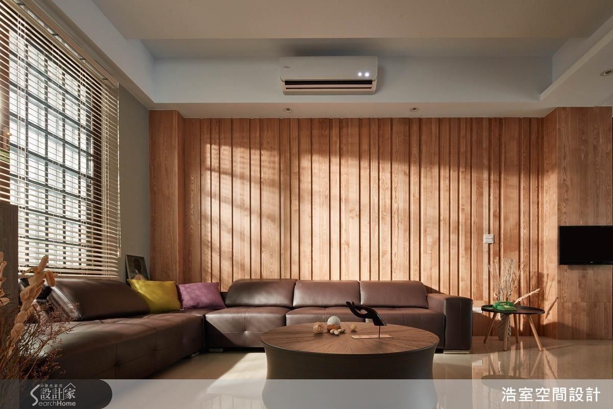 至於靠窗的客廳則是做出粗細不一的溝縫,配合木色及捲簾,反而呈現日式禪風的寧靜感。至於 2 個空間之間的柱子,一樣以實木貼皮工法包覆,嵌上可以移動方向的電視,有串聯與分割空間的意味。