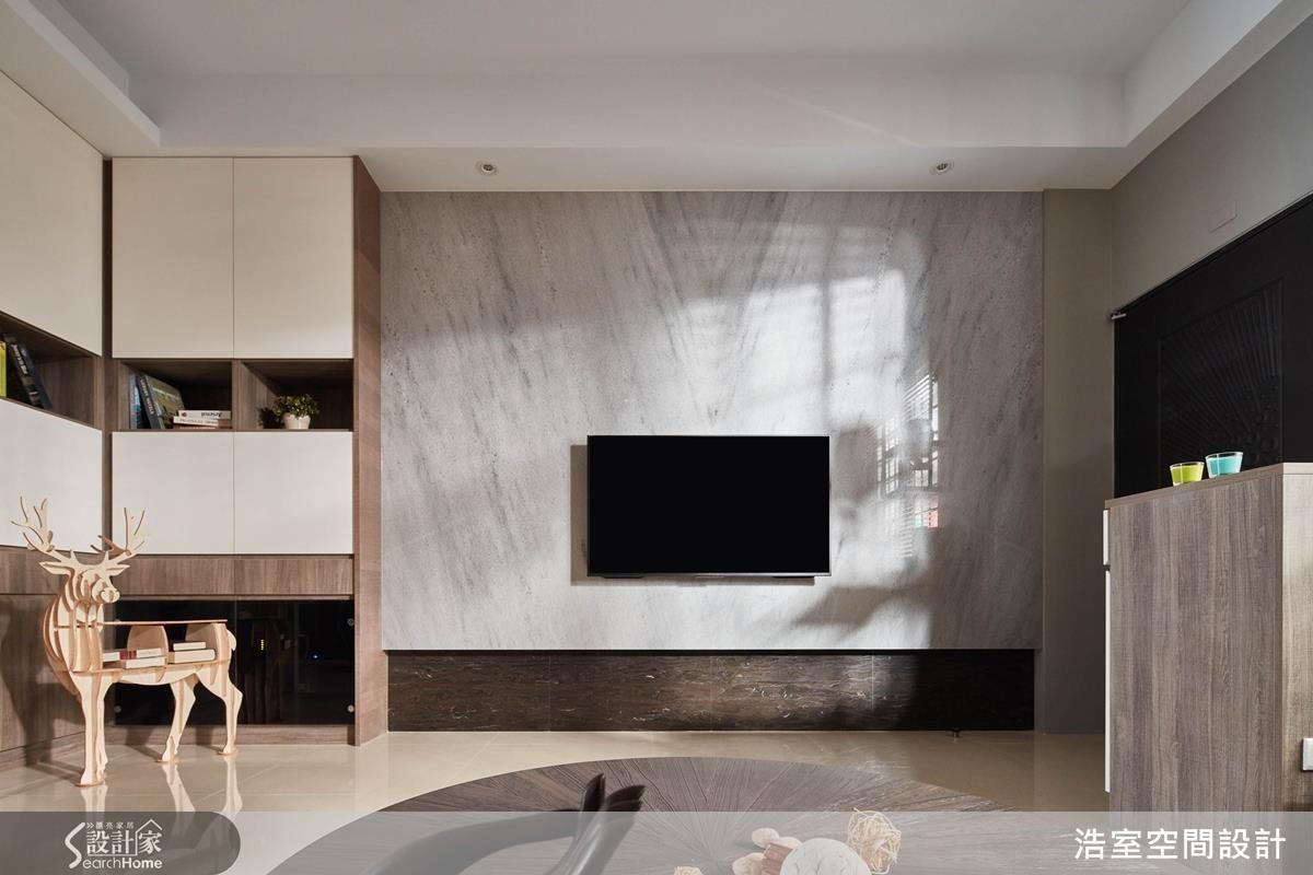 偏長的屋形容易有沙發與電視的距離過近的難題,將走道化為客廳的一部分,既不浪費空間,也能增加客廳的大器感。整片大理石的電視牆相當純淨,因為複雜的視聽設備隱藏在左側的收納櫃下櫃裡。