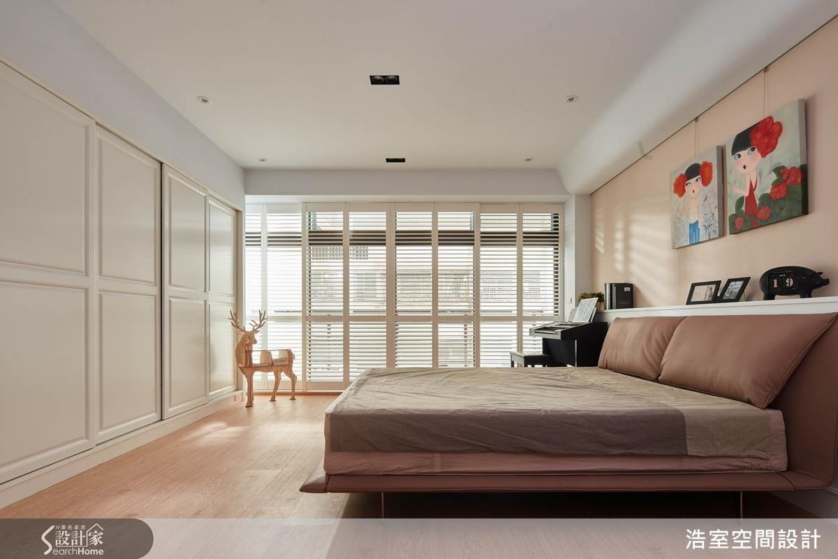 2 樓的長輩房空間相當寬敞,但因為與鄰居的棟距沒有太大,開窗時可以看到對面鄰居,在顧及隱私及視覺美觀的前提下,利用實木百葉裝飾原本的落地鋁門窗,不必另外拆窗,就一舉解決問題。