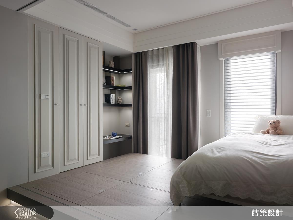 小宅的空間要發揮最大坪效,一物多用是不二法門。以整牆的收納櫃作為隔間牆就節省許多空間,在靠窗處做出小書房角落,高 40 公分的架高地板下除了茶几外,都是收納空間,而在書桌下並不做滿,而是留出空間當椅子用,置物層板還做出間接光源當輔助桌燈使用,實在貼心。