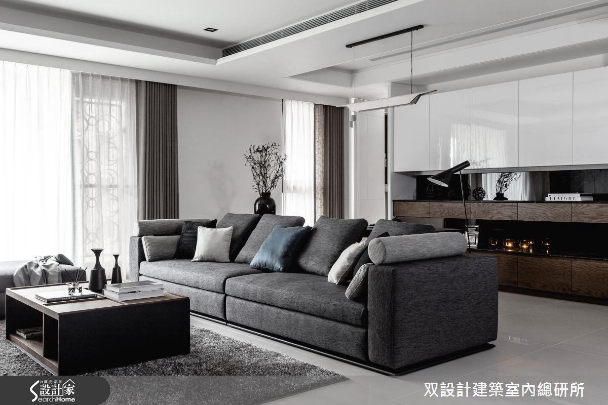 開放式書房以主沙發的靠背來界定空間,頂上的天花板也強調了這一區。書桌上方的那盞吊燈,可提供閱讀所需要的足夠亮度。
