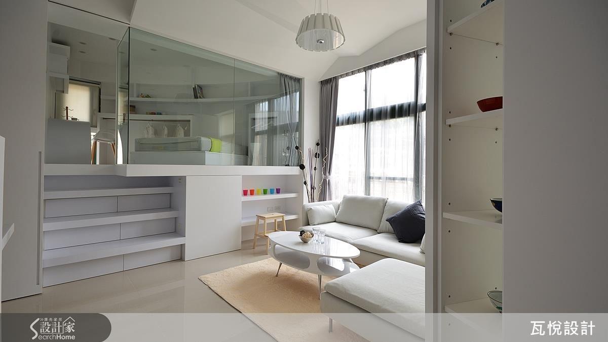 設計師將玄關的牆改為斜角度的收納櫃,開放一進門的視線範圍。