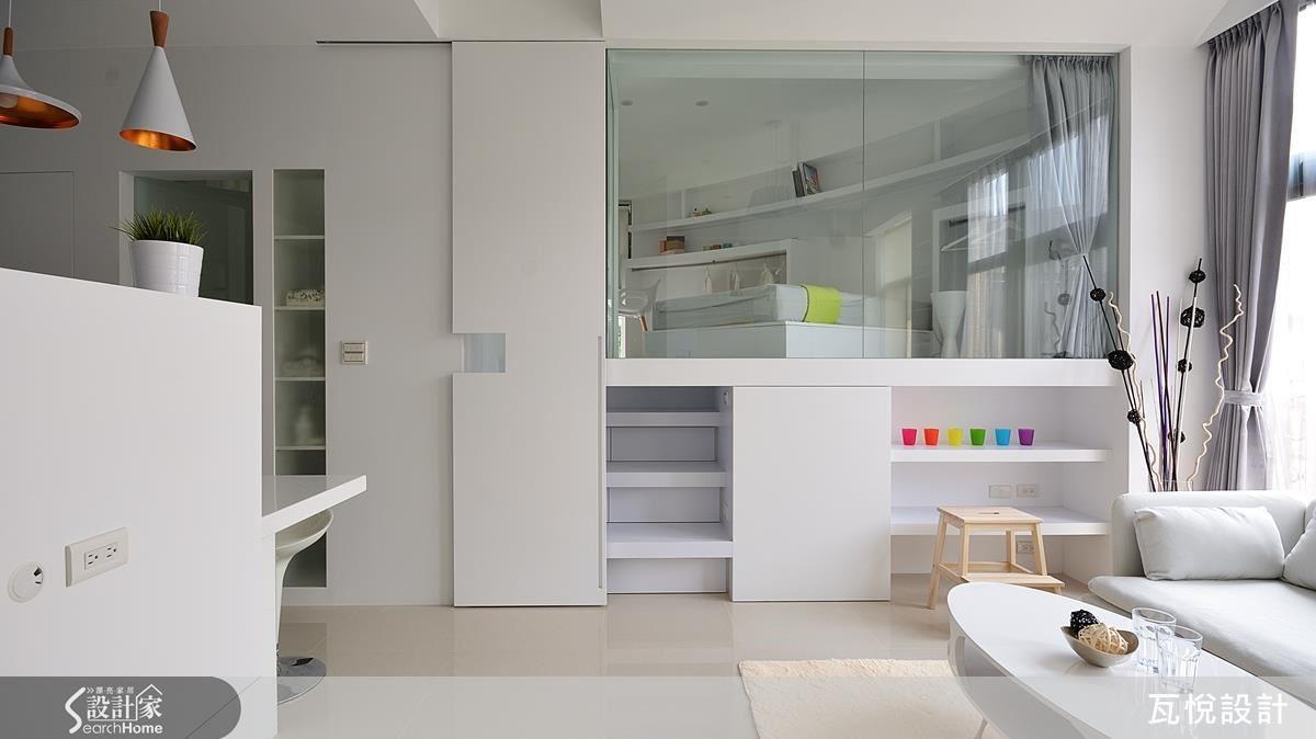 利用房屋原本充足的高度,將收納櫃等設計精巧地融入女兒房空間中,而房間主體以輕透玻璃區與客廳做區隔,房間有如精品展示櫃,更有放大視覺的效果。