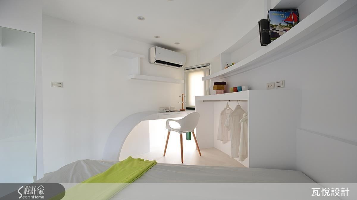 櫃體、書桌以及床斜擺,不只是順應圓弧空間的結果,也需要精準計算過比例美感。