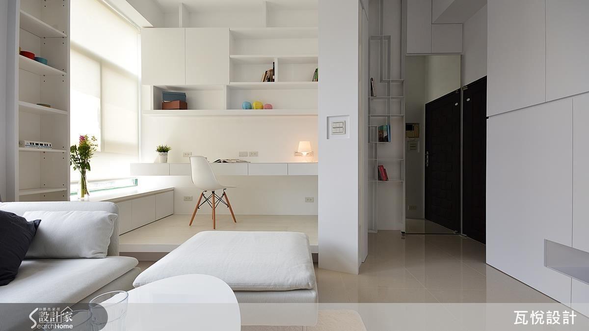 原來前屋主擺放客廳沙發的位置,成為屋主喜愛的書房區,以架高地面做區隔,不遮蔽視覺就能成就一處悠閒舒適的角落。