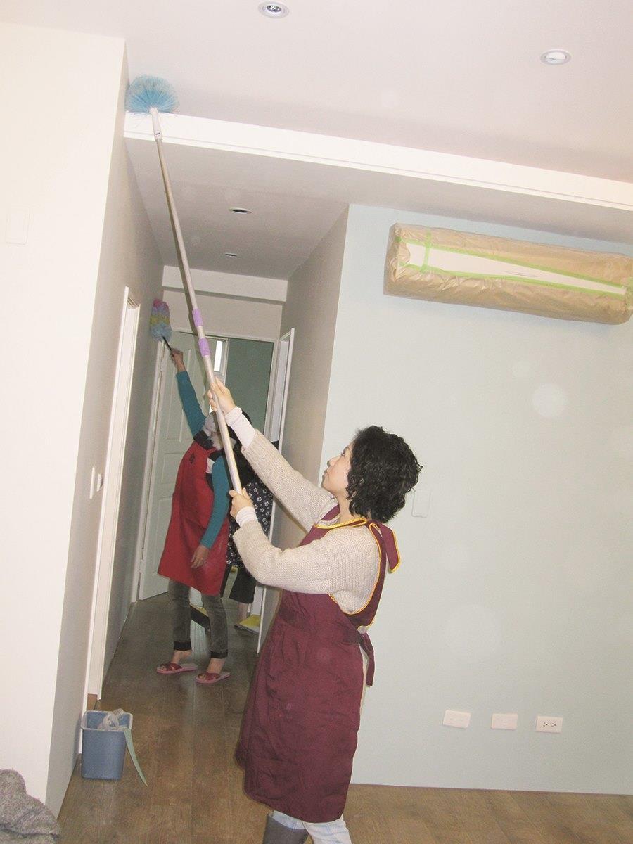 專業的裝潢清潔公司有專業的清潔用具及清潔劑,不是一般家庭清潔用得到的。圖片提供_朵卡設計