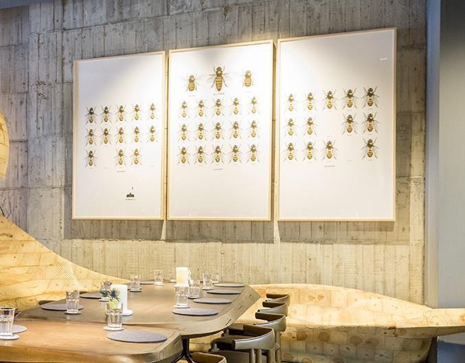 專為RAW 訂製的餐桌椅,基本上都有很舒適的用餐距離,用餐者不僅有專屬餐具抽屜自由選用。餐廳每日也會依用餐人數而斟酌調整位置的寬度,以讓客人擁有最安全感的用餐空間。
