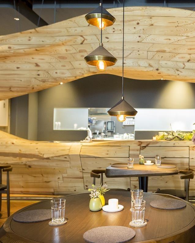 整個餐廳哩,唯一一張有主吊燈的用餐區,餐桌餐已全數獨家訂製,江振誠造讓用餐的人感受到唯一。