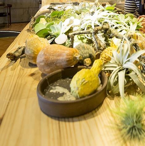 江振誠嚴選每一天的新鮮花草,並置於小花瓶之中,也會依據當天食材決定色系,讓用餐成為很美很舒適的享受。