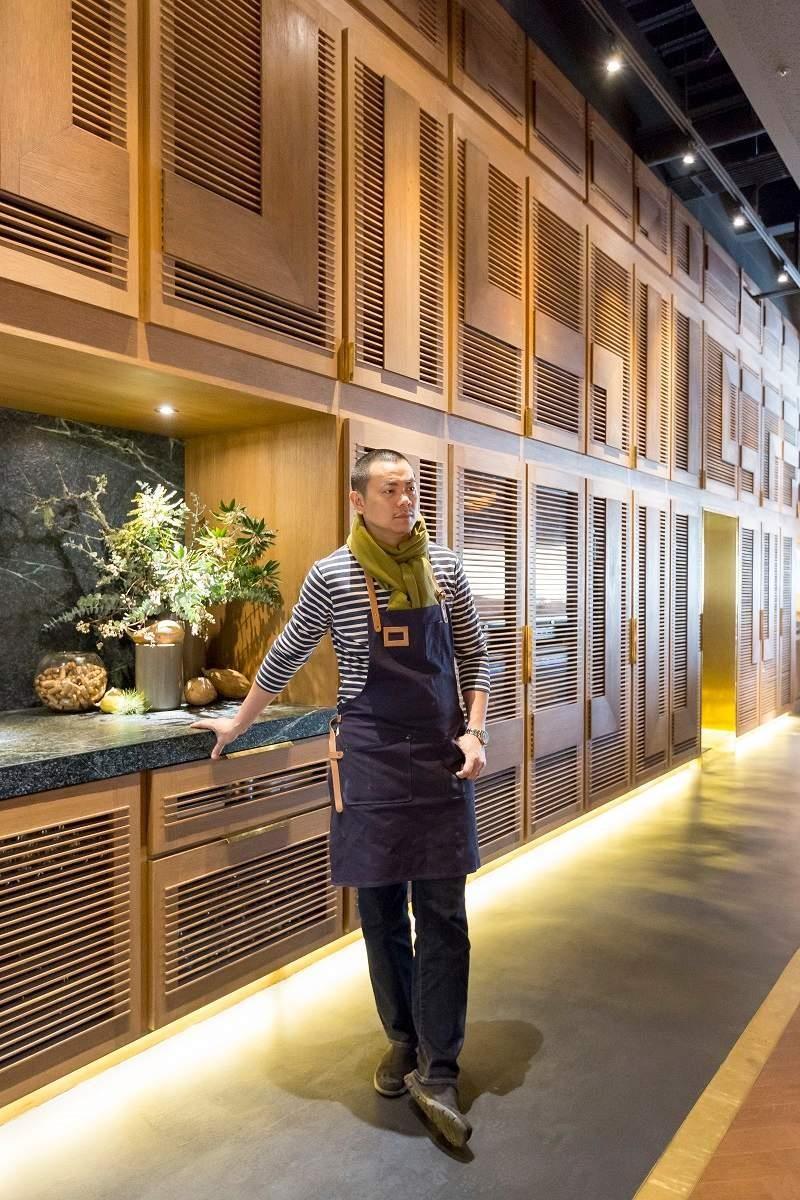 簡易的酒窖櫃體,僅以原色的木材質設計,秉持nature 精神,江振誠讓餐廳到處看得到植栽,而燈光營造也用心,從地燈到天花的軌道燈,都讓空間舒服無壓。
