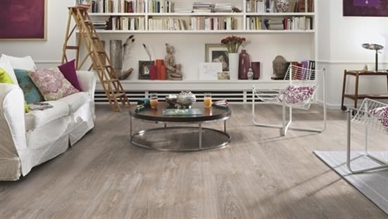 MEISTER 超耐磨地板使用天然硬樹脂,薄膜解析度高,木紋豐富,每一塊都有明顯的年輪與深淺。花紋質感不易模糊更似真實木紋,視覺與觸覺都達到原木級的質感。