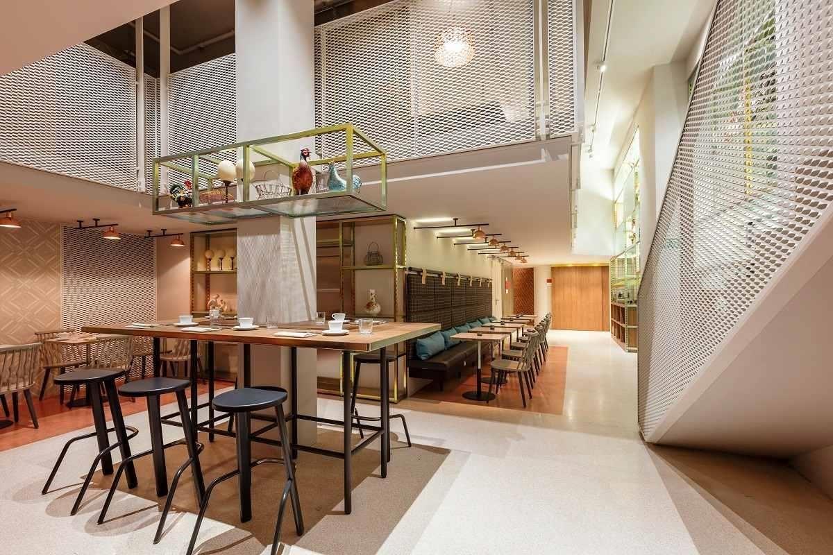 Room Mate Giulia活用鐵件及色彩架構的公共空間