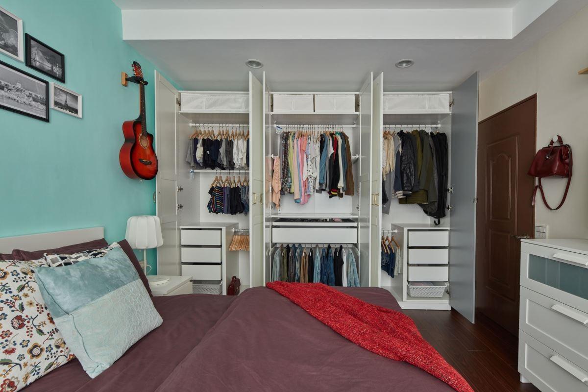 老舊衣櫥翻新,收納分門別類,妥善安置兩人衣物。