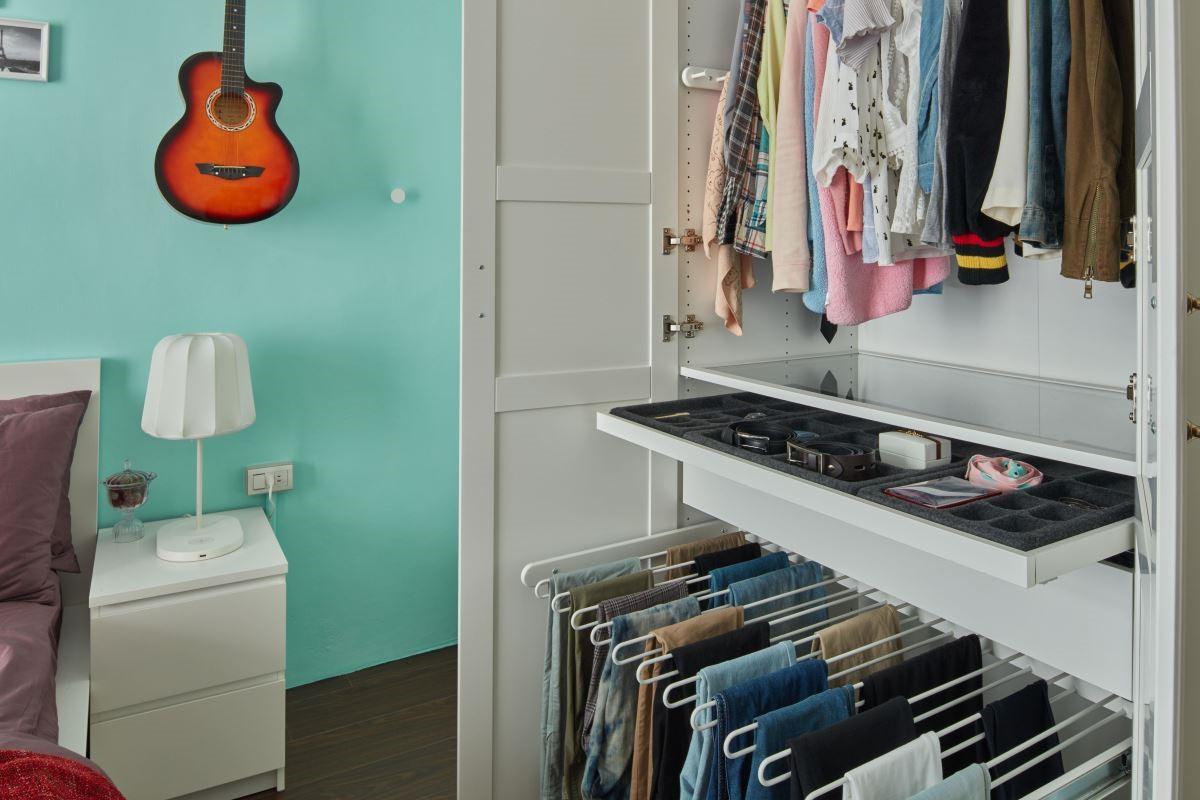 衣櫥內設置收納盤,可將飾品、配件整齊收納方便拿取。
