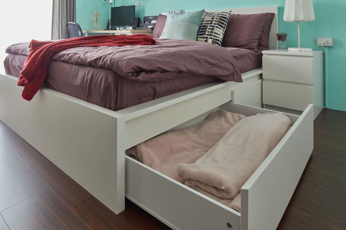 具備儲物功能的床架,將大型雜物隱藏,維持臥室內的寬闊尺度。