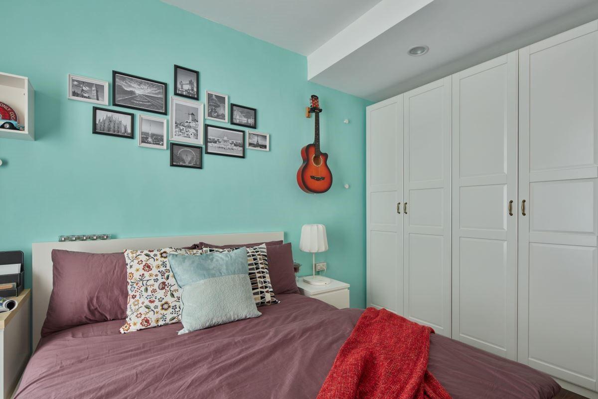 床具與寢具風格替換,傳遞出現代風格調性,讓整體空間視覺更顯柔和。