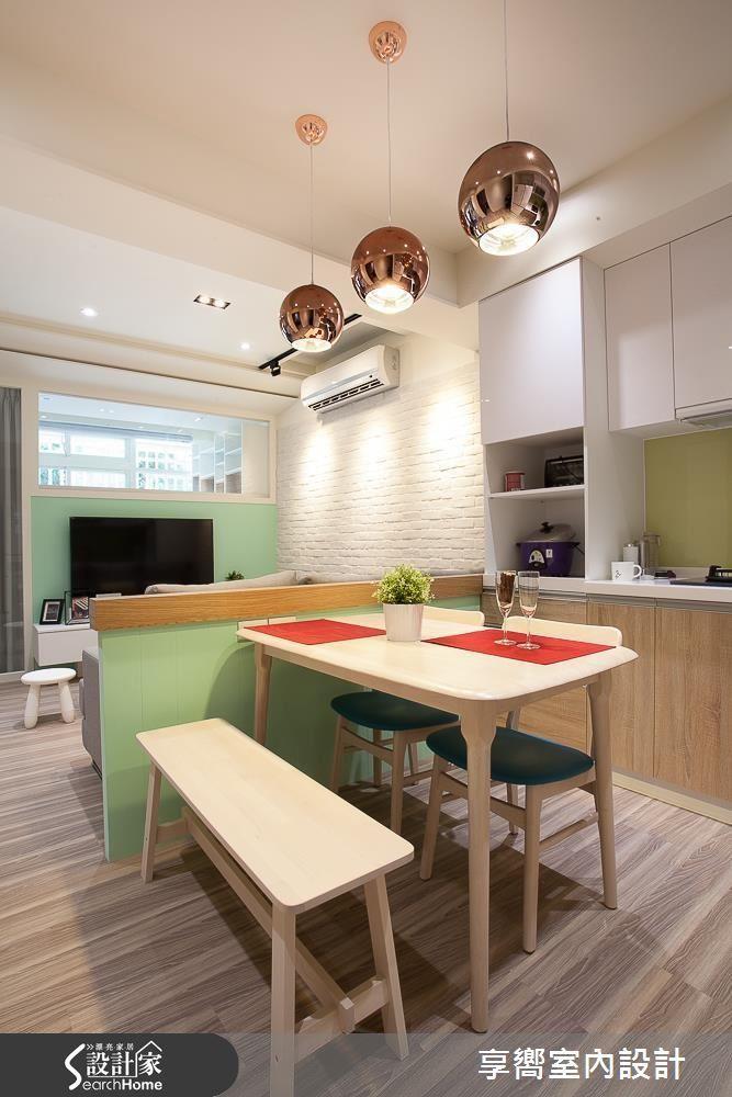 利用純白文化石牆在純白空間營造視覺層次,接著在電視牆與廚房烤玻注入清新綠色,輕鬆營造跳色效果。