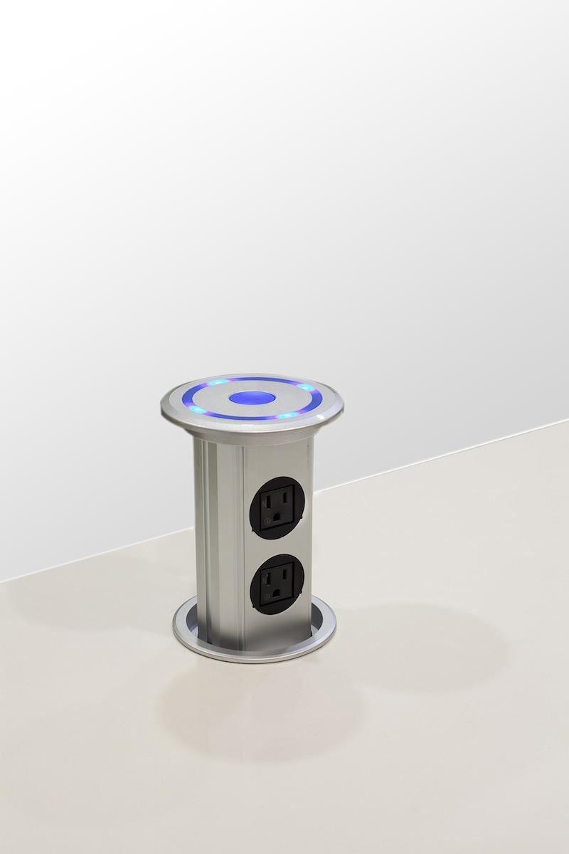 將微動科技技術納入實用性之中,可升降的插座,讓整體美感不會因實用性而破壞。