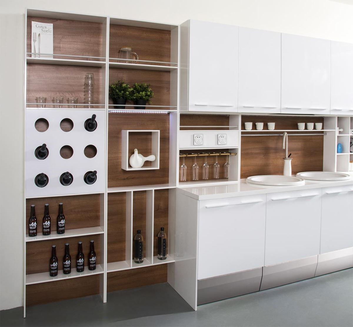 與今年米蘭展的廚具趨勢同步,開發出可延伸的層架式模組,讓廚房機能更充實。