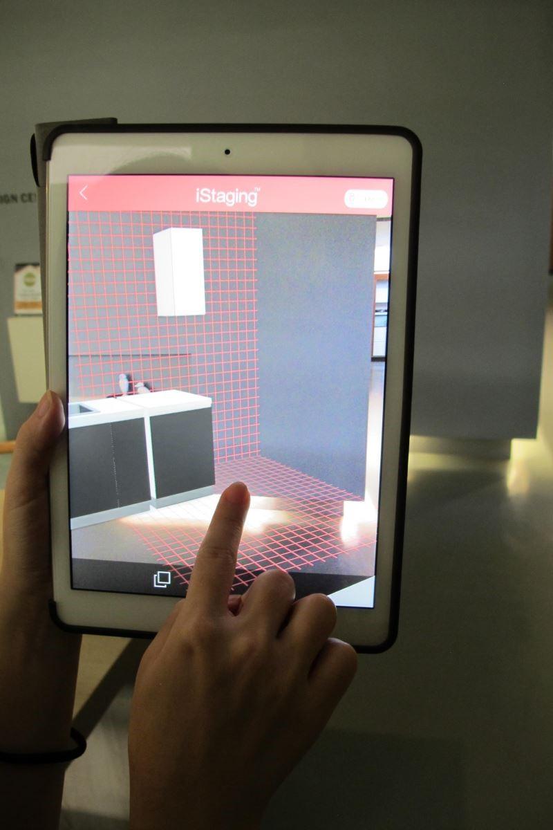 在丈量現場時,將虛擬廚具置入實地拍攝的照片內,讓客戶立即感受設計效果,有效縮短設計、提案流程。