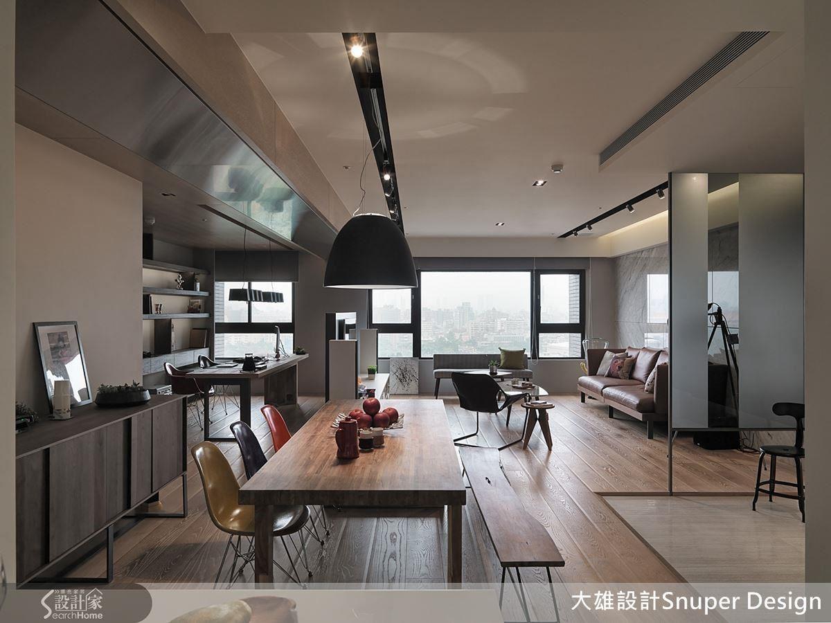 利用低檯度隔屏區隔出單身族的書房,成為兼具工作室機能的空間。