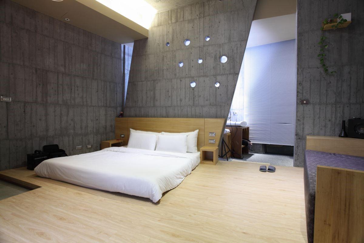 灰色造型量體,在不同燈光下與木作、鐵件的搭配,就是一處令讓放鬆舒適的室內空間。
