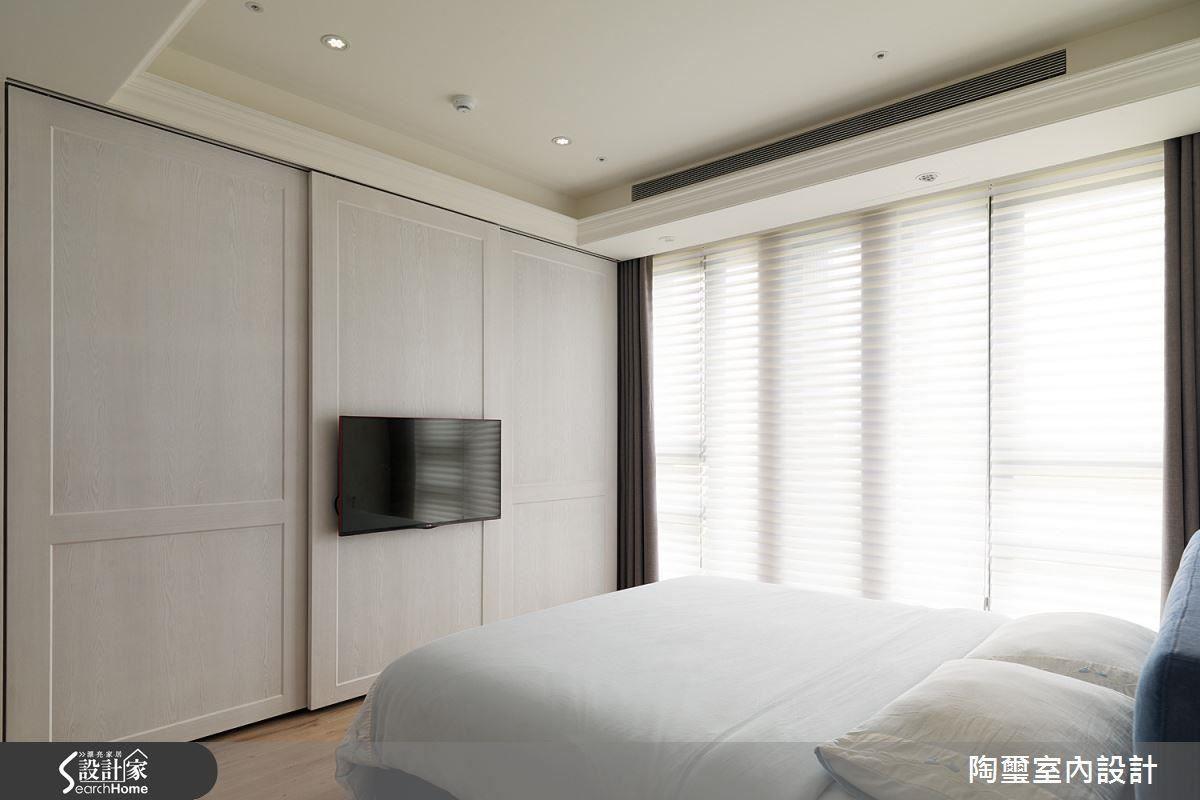 主臥電視牆兼具拉門功能,後方巧妙隱藏大型衣櫃與通往更衣間及衛浴的動線。