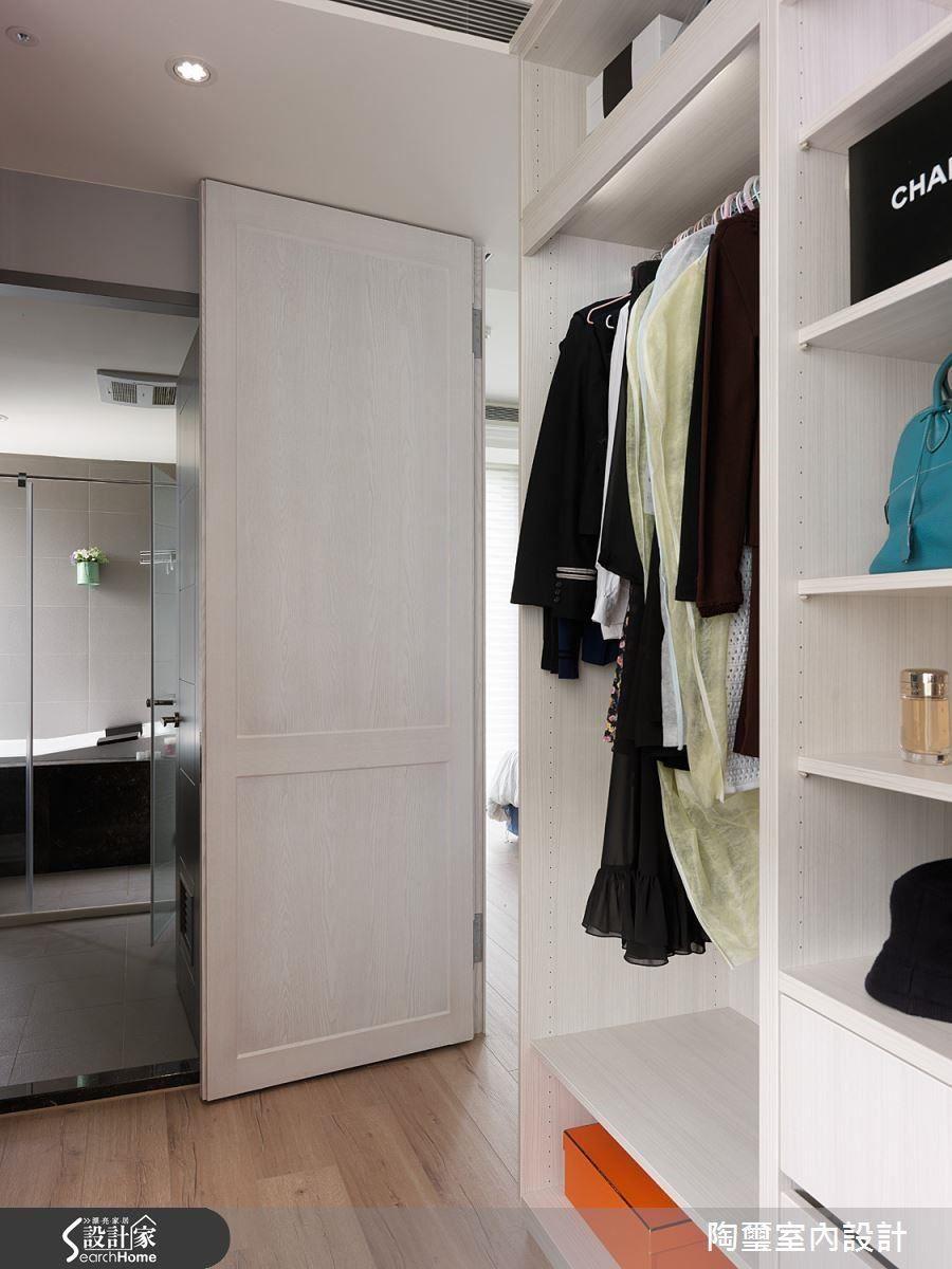 隱身於主臥門片後方的更衣間與衛浴連接,成為相當貼心的人性化設計。
