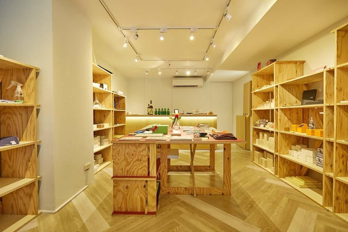 由設計師齊藤烈操刀的13坪白色店面裡,除了100%原創商品外,更精選日本各地生產的精緻禮物,將日式生活零時差的呈現在台灣消費者的面前。