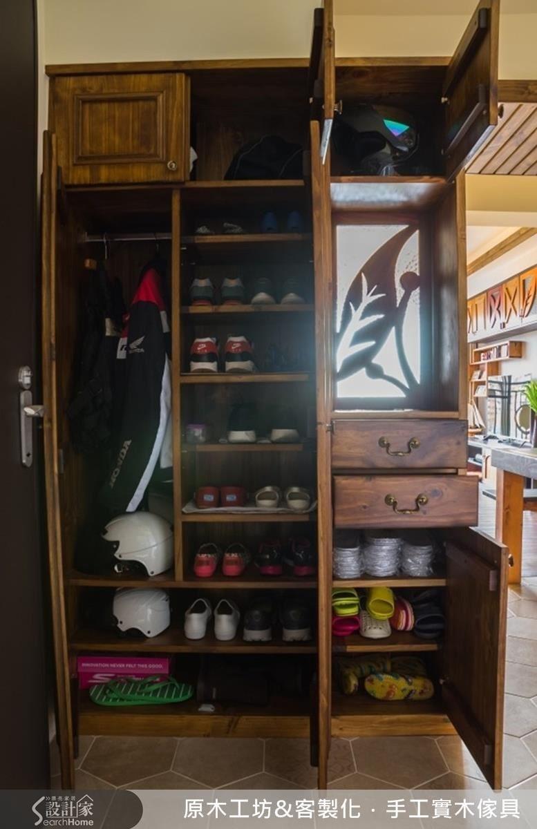 習俗上不習慣開門見落地門,設計師打造鞋櫃兼具屏風的間隔設計,可以放置鞋子、安全帽、擋風衣等,微透光的木窗花,降低屏風櫃的壓迫感。