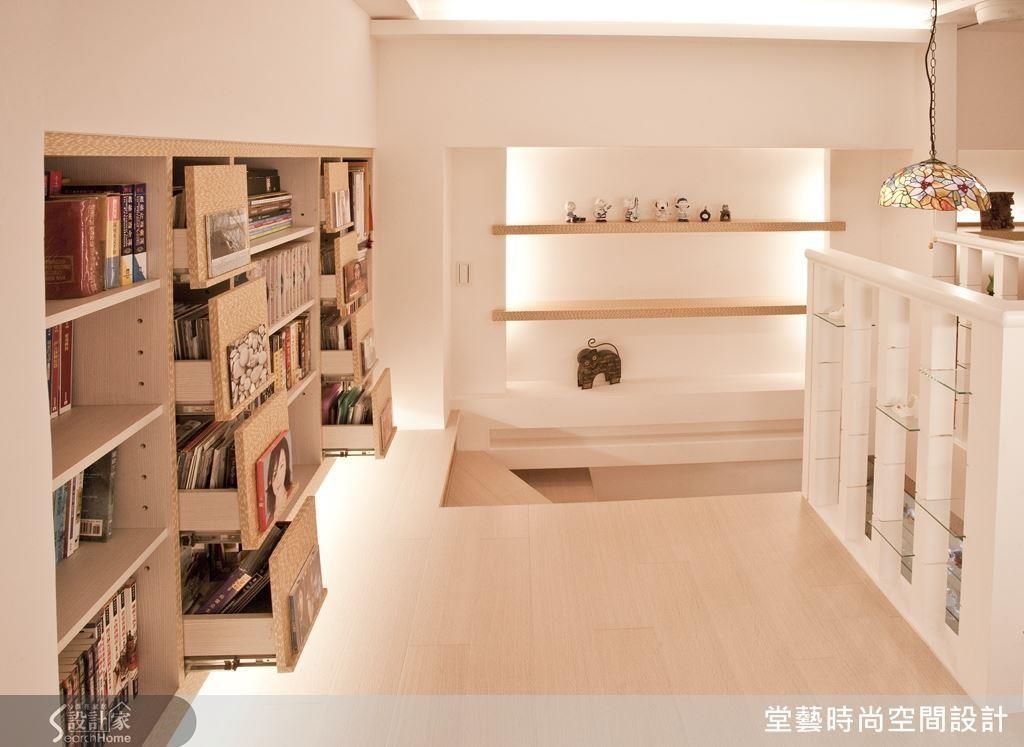 透天梯間容易遇見結構樑與牆面之間形成的畸零空間,不妨善用深度納入櫃體與層板,加上燈光設計,幻化閱讀基地!