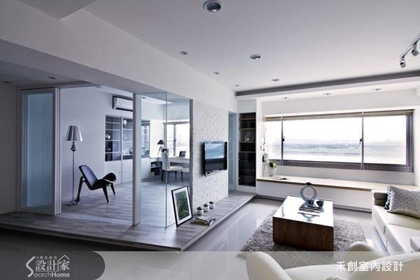 以橫亙屋案中心的大樑為主角,在樑下設置電視牆,清楚劃分客廳與書房的界線。