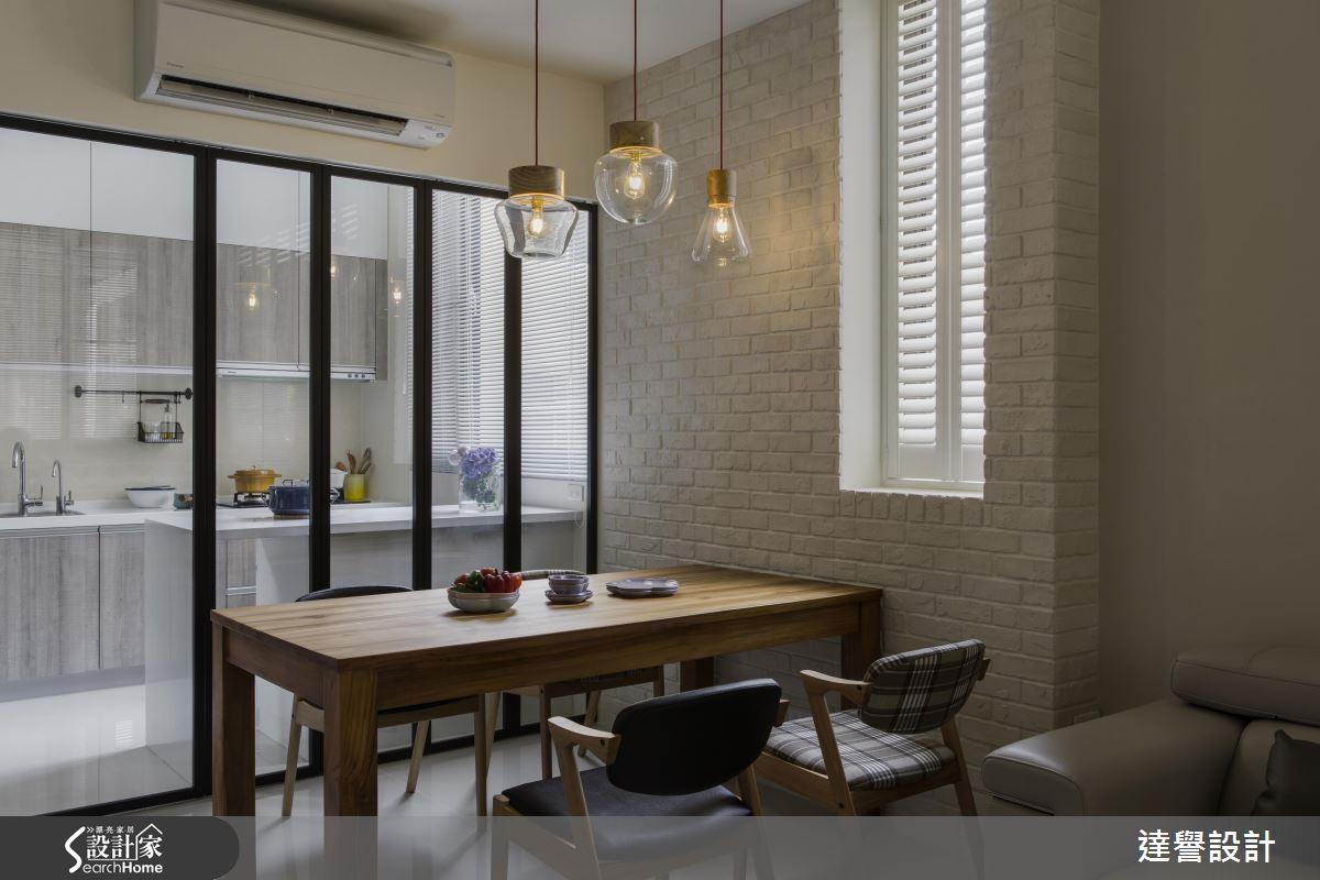 面對餐廳橫亙的一面柱牆,以純白文化石鋪陳,巧妙化解突兀、增添溫馨感。